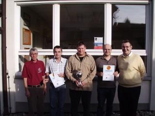 v.l.n.r: Erich Renschler (Ausrichter), Martin Springmann (1. Platz), Jörg Eiler (2.Platz und mittelbadischer Blitzschachmeister), Norbert Frühe (3. Platz), Bernhard Ast (Turnierleiter).