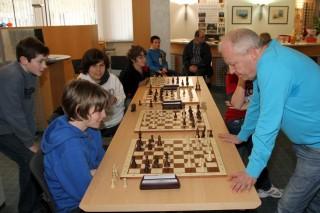 SPANNENDE BEGEGNUNG: Marco Riehle (vorne links) wehrte sich tapfer gegen Hans- Joachim Vatter und visiert nun die Deutschen Meisterschaften an
